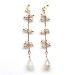 """<img src=""""bridal-dangle-white-opal-beads-drop-chandelier-invisible-clip-on-earrings-wedding5.jpg"""" alt=""""pierced look and comfortable Pierced look and comfortable dangle bridal wedding white beads chandelier invisible clip on earringss 耳環夾ノンホールピアス""""/>"""