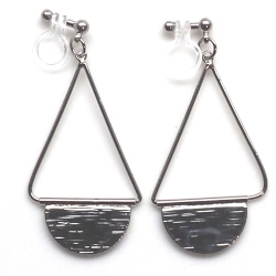 "<img src=""comfortabe-pierced-look-dangle-silver-half-moon-half-circle-invisible-clip-on-earrings2.jpg"" alt=""pierced look and comfortable Comfortable and pierced look dangle silver half circle disc invisible clip on earrings 夾耳環 ノンホールピアス MiyabiGrace""/>"