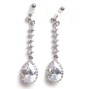 "<img src=""comfortable-bridal-wedding-dangle-drop-silver-cz-crystal-invisible-clip-on-earrings-miyabigrace2.jpg"" alt=""pierced look and comfortable Comfortable and pierced look bridal wedding dangle silver teardrop chandelier cubic zirconia cz crystal invisible clip on earrings bridal jewelry by MiyabiGrace 耳環夾 ノンホールピアス 夾式耳環""/>"