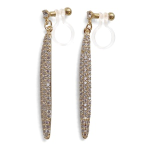 "<img src=""comfortable-dangle-bridal-wedding-gold-cz-crystal-pave-bar-invisible-clip-on-earrings-miyabigrace2.jpg"" alt=""pierced look and comfortable Comfortable and pierced look bridal wedding dangle gold micro pave cubic zirconia cz crystal bar  invisible clip on earrings bridal jewelry by MiyabiGrace 夾耳環 ノンホールピアス 夾式耳環""/>"