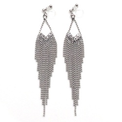 "<img src=""comfortable-dangle-chandelier-silver-fringe-crystal-invisible-clip-on-earrings-miyabigrace-3.jpg"" alt=""pierced look and comfortable Comfortable and pierced look dangle silver fringe crystal invisible clip on double earrings 夾耳環 ノンホールピアス MiyabiGrace""/>"