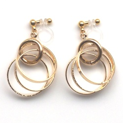 "<img src=""comfortable-dangle-gold-triple-ring-invisible-clip-on-hoop-earrings-miyabigrace-2.jpg"" alt=""pierced look and comfortable Comfortable and pierced look dangle metallic gold three rings hoop invisible clip on hoop earrings MiyabiGrace 夾耳環 ノンホールピアス""/>"