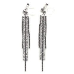 "<img src=""comfortable-dangle-silver-thread-chain-inivisible-clip-on-earrings-miyabigrace-3.jpg"" alt=""pierced look and comfortable Comfortable and pierced look dangle metallic silver bar thread invisible clip on earrings MiyabiGrace 夾耳環 ノンホールピアス""/>"