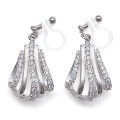 "<img src=""comfortable-pierced-look-bridal-dop-silver-cz-cubic-zirconia-crystal-invisible-clip-on-earrings-miyabigrace2.jpg"" alt=""pierced look and comfortable Comfortable and pierced look bridal wedding cubic zirconia cz pave crystal dangle silver teardrop invisible clip on earrings by MiyabiGrace 夾耳環 ノンホールピアス""/>"