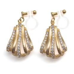 "<img src=""comfortable-pierced-look-bridal-teardrop-gold-cz-cubic-zirconia-crystal-invisible-clip-on-earrings-miyabigrace2.jpg"" alt=""pierced look and comfortable Comfortable and pierced look bridal wedding cubic zirconia cz pave crystal dangle gold teardrop invisible clip on earrings by MiyabiGrace 夾耳環 ノンホールピアス""/>"