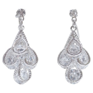 "<img src=""comfortable-pierced-look-bridal-wedding-dangle-teardrop-silver-cubic-zirconia-crystal-cz-invisible-clip-on-earrings-miyabigrace31.jpg"" alt=""pierced look and comfortable Comfortable and pierced look bridal wedding dangle silver teardrop chandelier cubic zirconia cz crystal invisible clip on earrings bridal jewelry by MiyabiGrace 夾耳環 ノンホールピアス 夾式耳環""/>"