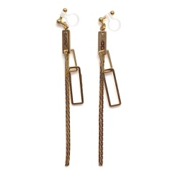 """<img src=""""comfortable-pierced-look-dangle-gold-chain-square-invisible-clip-on-earrings-miyabigrace2.jpg"""" alt=""""pierced look and comfortable Comfortable pierced look dangle shiny gold chains and rectangle invisible clip on earrings MiyabiGrace 夾耳環 ノンホールピアス""""/>"""