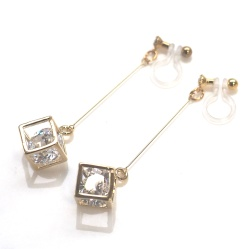 """<img src=""""comfortable-pierced-look-dangle-gold-cube-cubic-zirconia-invisible-clip-on-earrings2.jpg"""" alt=""""pierced look and comfortable Pierced look and comfortable Dangle cubic zirconia in gold cube invisible clip on earringss 耳環夾ノンホールピアス""""/>"""