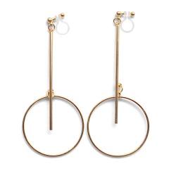 "<img src=""comfortable-pierced-look-dangle-long-gold-threader-bar-circle-hoop-invisible-clip-on-earrings-miyabigrace-e5a4bee880b3e792b0-e5a4bee5bc8fe880b3e792b0-e382a4e383a4e383aa.jpg"" alt=""pierced look and comfortable Comfortable and pierced look dangle gold bar hoop invisible clip on earrings by MiyabiGrace 耳環夾 ノンホールピアス 夾式耳環""/>"