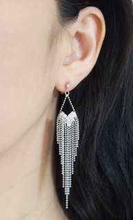 "<img src=""comfortable-pierced-look-dangle-silver-fringe-rhinestone-crystal-invisible-clip-on-earrings-miyabigrace.jpg"" alt=""pierced look and comfortable Comfortable and pierced look dangle long silver fringe Chandelier rhinestone crystal invisible clip on earrings by MiyabiGrace 夾耳環 ノンホールピアス""/>"
