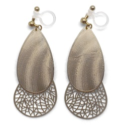 "<img src=""comfortable-pierced-look-dangle-teardrop-chic-filigree-gold-metal-invisible-clip-on-earrings-miyabigrace-3.jpg"" alt=""pierced look and comfortable Comfortable and pierced look dangle gold filigree chandelier boho textured metal invisible clip on earrings by MiyabiGrace MiyabiGrace 夾耳環 ノンホールピアス""/>"