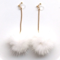"<img src=""comfortable-pierced-look-dangle-white-mink-fur-pom-pom-invisible-clip-on-earrings-3.jpg"" alt=""pierced look and comfortable Comfortable and pierced look dangle gold white pom pom mink fur invisible clip on double earrings 夾耳環 ノンホールピアス MiyabiGrace""/>"
