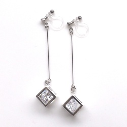 "<img src=""cz-diamond-cubic-zirconia-dangle-silver-clube-invisible-clip-on-earrings11.jpg"" alt=""pierced look and comfortable silver cube cubic zirconia diamond invisible clip on earrings""/>"