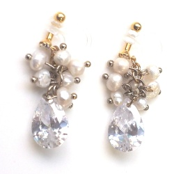 """<img src=""""dangle-bridal-wedding-freshwater-pearl-natural-pearl-cubic-zirconia-cz-drop-invisible-clip-on-earrings6.jpg"""" alt=""""pierced look and comfortable Pierced look and comfortable dangle bridal wedding cubic zirconia and freshwater pearl chandelier invisible clip on earringss 耳環夾ノンホールピアス""""/>"""