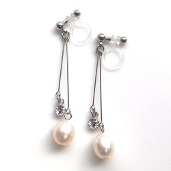 "<img src=""dangle-crsytal-white-freshwater-pearl-invisible-clip-on-earrings-non-pierced5.jpg"" alt=""pierced look and comfortable wedding and bridal crystal white freshwater pearl invisible clip on earrings non pierced""/>"