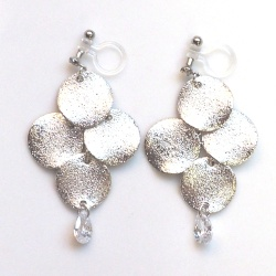 """<img src=""""dangle-glitter-brushed-silver-stardust-coin-cubic-zirconia-cz-invisible-clip-on-earrings5.jpg"""" alt=""""pierced look and comfortable Pierced look and comfortable dangle glitter metal coing cubic zirconiachandelier invisible clip on earringss 耳環夾ノンホールピアス""""/>"""