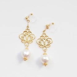 "<img src=""dangle-gold-rococo-style-filigree-white-cotton-pearl-invisible-clip-on-earrings-non-pierced3.jpg"" alt=""pierced look and comfortable wedding bridal dangle gold charms motif and white cotton pearl invisible clip on earrings non pierced earrigs""/>"