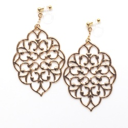 "<img src=""dangle-large-gold-leaf-filigree-motif-invisible-clip-on-earrings-non-pierced10.jpg"" alt=""pierced look and comfortable Large Gold Filigree Invisible Clip On Earrings, Gold Leaf Clip On Earrings, Leaves Clip Earrings, Non Pierced Earrings, Large Clip-on""/>"