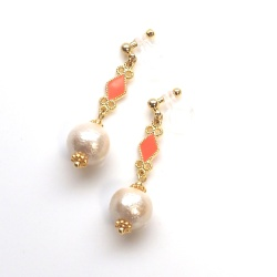 "<img src=""dangle-orange-diamond-light-beige-cotton-pearl-invisible-clip-on-earrings"" alt=""pierced look and comfortable Dangle Diamond shape & Light Beige Cotton Pearl Invisible Clip on Earrings""/>"