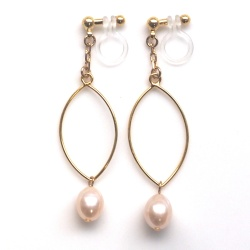 "<img src=""danlge-freshwater-pearl-gold-hoop-invisible-clip-on-earrings-non-pierced3.jpg"" alt=""pierced look and comfortable light orange freshwater pearl and gold hoop invisible clip on earrings non pierced earrings""/>"