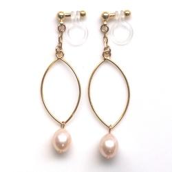 "<img src=""danlge-freshwater-pearl-gold-hoop-invisible-clip-on-earrings-non-pierced3.jpg"" alt=""pierced look and comfortable light orange freshwater pearl and gold hoop invisible clip on earrings non pierced earrings""/>"