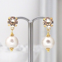 "<img src=""light-silk-swarovski-crystal-and-cotton-pearl-invisible-clip-on-earri.jpg"" alt=""pierced look and comfortable Wedding bridal Light Silk Swarovski Crystals and White Japanese Cotton Pearl Invisible Clip on Earrings non pierced earrings""/>"