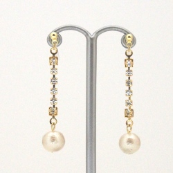 """<img src=""""crystal-and-japanese-cotton-pearl-invisible-clip-on-earrings_miyabigrace-3.jpg"""" alt=""""pierced look and comfortable dangle Wedding bridal Crystal rhinestone and light beige Japanese cotton pearl invisible clip on earrings non pierced earrings""""/>"""