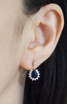 "<img src=""comfortable-bridal-dangle-navy-blue-cz-crystal-invisible-clip-on-earrings-miyabigrace14.jpg"" alt=""pierced look and comfortable Comfortable and pierced look dangle silver finish bridal wedding blue Sapphire cz cubic zirconia crystal teardrop invisible clip on earrings MiyabiGrace 夾耳環 ノンホールピアス""/>"