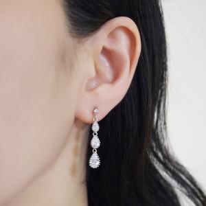 "<img src=""comfortable-bridal-weddding-dangle-chandelier-cz-cubic-zirconia-crystal-invisible-clip-on-earrings-miyabigrace6.jpg"" alt=""pierced look and comfortable Comfortable and pierced look bridal wedding dangle silver teardrop chandelier cubic zirconia cz crystal invisible clip on earrings bridal jewelry by MiyabiGrace 耳環夾 ノンホールピアス 夾式耳環""/>"
