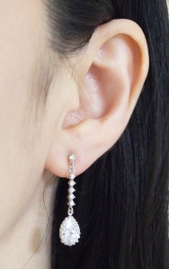 "<img src=""comfortable-bridal-wedding-dangle-drop-silver-cz-crystal-invisible-clip-on-earrings-miyabigrace14.jpg"" alt=""pierced look and comfortable Comfortable and pierced look bridal wedding dangle silver teardrop chandelier cubic zirconia cz crystal invisible clip on earrings bridal jewelry by MiyabiGrace 耳環夾 ノンホールピアス 夾式耳環""/>"