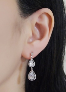 "<img src=""comfortable-bridal-wedding-silver-chandelier-cz-cubic-zirconia-crystal-invisible-clip-on-earrings-miyabigrace7.jpg"" alt=""pierced look and comfortable Comfortable and pierced look bridal wedding dangle silver teardrop chandelier cubic zirconia cz crystal invisible clip on earrings bridal jewelry by MiyabiGrace 耳環夾 ノンホールピアス 夾式耳環""/>"