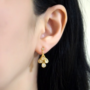 "<img src=""comfortable-pierced-look-bridal-wedding-dangle-teardrop-gold-cubic-zirconia-crystal-cz-invisible-clip-on-earrings-miyabigrace2.jpg"" alt=""pierced look and comfortable Comfortable and pierced look bridal wedding dangle silver teardrop chandelier cubic zirconia cz crystal invisible clip on earrings bridal jewelry by MiyabiGrace 耳環夾 ノンホールピアス 夾式耳環""/>"