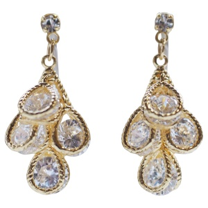 "<img src=""comfortable-pierced-look-bridal-wedding-dangle-teardrop-gold-cubic-zirconia-crystal-cz-invisible-clip-on-earrings-miyabigrace3.jpg"" alt=""pierced look and comfortable Comfortable and pierced look bridal wedding dangle silver teardrop chandelier cubic zirconia cz crystal invisible clip on earrings bridal jewelry by MiyabiGrace 耳環夾 ノンホールピアス 夾式耳環""/>"