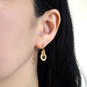"<img src=""comfortable-pierced-look-dangle-bridal-gold-ring-cubic-zirconoa-crystal-pave-invisible-clip-on-earrings-miyabigrace.jpg"" alt=""pierced look and comfortable Comfortable and pierced look bridal wedding dangle gold ring cubic zirconia crystal micro pave invisible clip on earrings by MiyabiGrace 耳環夾 ノンホールピアス 夾式耳環""/>"