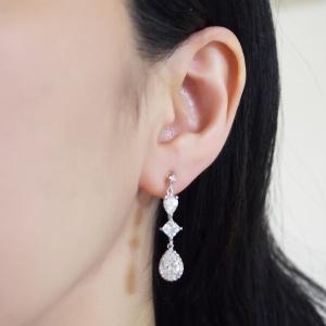 "<img src=""comfortable-pierced-look-dangle-chandelier-silver-cz-cubic-zirconia-crystal-invisible-clip-on-earrings-miyabigrace5.jpg"" alt=""pierced look and comfortable Comfortable and pierced look bridal wedding dangle silver teardrop chandelier cubic zirconia cz crystal invisible clip on earrings bridal jewelry by MiyabiGrace 耳環夾 ノンホールピアス 夾式耳環""/>"