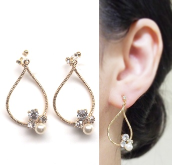 "<img src=""gold-twisted-hoop-swarovski-crystal-pearl-invisible-clip-on-earrings2.jpg"" alt=""pierced look and comfortable dangle wedding and bridal dangle swarovski crystal and pearl with gold hoop invisible clip on earrings""/>"