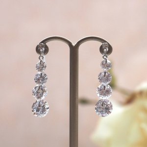 """<img src=""""dangle-gradated-cz-cubic-zirconia-crystal-wedding-invisible-clip-on-earrings9.jpg"""" alt=""""pierced look and comfortable Pierced look and comfortable dangle wedding bridal cubic zirconia gradated crystal invisible clip on earrings 耳環夾ノンホールピアス イヤリング""""/>"""