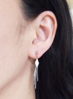 """<img src=""""comfortable-pierced-look-dangle-silver-trendy-invisible-clip-on-earrings-miyabigrace.jpg"""" alt=""""pierced look and comfortable Pierced look and comfortable dangle silver invisible clip on earringss 耳環夾ノンホールピアス""""/>"""