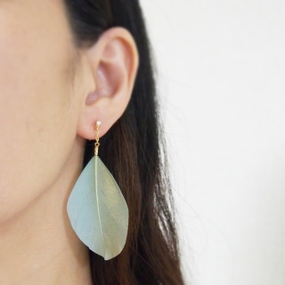 """<img src=""""dangle-light-green-and-gold-goose-feather-invisible-clip-on-earrings-non-pierced-earrings.jpg"""" alt=""""pierced look and comfortable light green and gold goose feather invisible clip on earrings""""/>"""