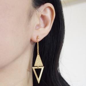 "<img src=""comfortable-dangle-metallic-gold-trangle-invisible-clip-on-earrings-miyabigrace.jpg"" alt=""pierced look and comfortable Comfortable and pierced look dangle long double metallic gold triangle invisible clip on earrings by MiyabiGrace 夾耳環 ノンホールピアス""/>"