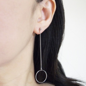 "<img src=""comfortable-dangle-silver-minimalist-invisible-clip-on-hoop-earrings-miyabigrace-6.jpg"" alt=""pierced look and comfortable Comfortable and pierced look dangle long minimalist thread silver hoop invisible clip on earrings by MiyabiGrace 夾耳環 ノンホールピアス""/>"