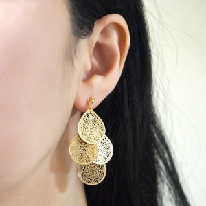 "<img src=""comfortable-pierced-look-dangle-chandelier-filigree-boho-bohemian-gold-invisible-clip-on-earrings-miyabigrace.jpg"" alt=""pierced look and comfortable Comfortable and pierced look dangle gold chandelier filigree boho invisible clip on earrings by MiyabiGrace 夾耳環 ノンホールピアス""/>"