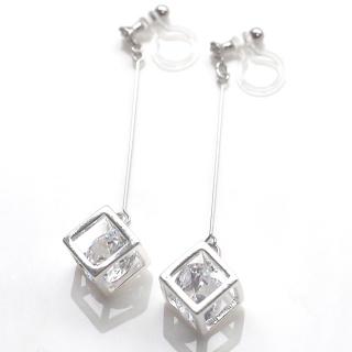 """<img src=""""cz-diamond-cubic-zirconia-dangle-silver-clube-invisible-clip-on-earrings7.jpg"""" alt=""""pierced look and comfortable dangle cubic zirconia and silver tone cube invisible clip on earrings non pierced earrings""""/>"""