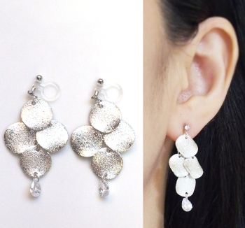 """<img src=""""dangle-glitter-brushed-silver-stardust-coin-cubic-zirconia-cz-invisible-clip-on-earrings3.jpg"""" alt=""""pierced look and comfortable Pierced look and comfortable dangle chandelier gilitter silver coin and cubic zirconia crystal invisible clip on earrings 耳環夾ノンホールピアス""""/>"""