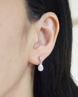 """<img src=""""bridal-wedding-dangle-tear-drop-silver-cubic-zirconia-cz-crystal-invisible-clip-on-earrings2.jpg"""" alt=""""pierced look and comfortable Pierced look and comfortable dangle wedding bridal cubic zirconia teardrop swarovski crystal invisible clip on earrings 耳環夾ノンホールピアス イヤリング""""/>"""