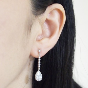 "<img src=""comfortable-bridal-wedding-dangle-drop-silver-cz-crystal-invisible-clip-on-earrings-miyabigrace11.jpg"" alt=""pierced look and comfortable Comfortable and pierced look bridal wedding dangle silver teardrop chandelier cubic zirconia cz crystal invisible clip on earrings bridal jewelry by MiyabiGrace 夾耳環 ノンホールピアス 夾式耳環""/>"