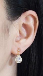 "<img src=""comfortable-bridal-wedding-teardrop-cz-crystal-invisible-clip-on-earrings-miyabigrace14.jpg"" alt=""pierced look and comfortable Comfortable and pierced look bridal wedding dangle silver teardrop chandelier cubic zirconia cz crystal invisible clip on earrings bridal jewelry by MiyabiGrace 耳環夾 ノンホールピアス 夾式耳環""/>"