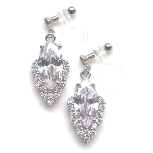 "<img src=""comfortable-pierced-look-bridal-wedding-cubic-zirconia-invisible-clip-on-earrings21.jpg"" alt=""pierced look and comfortable Comfortable and pierced look bridal wedding dangle silver teardrop chandelier cubic zirconia cz crystal invisible clip on earrings bridal jewelry by MiyabiGrace 耳環夾 ノンホールピアス 夾式耳環""/>"