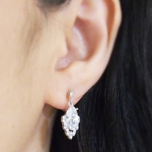"<img src=""comfortable-pierced-look-bridal-wedding-cubic-zirconia-invisible-clip-on-earrings222.jpg"" alt=""pierced look and comfortable Comfortable and pierced look bridal wedding dangle silver teardrop chandelier cubic zirconia cz crystal invisible clip on earrings bridal jewelry by MiyabiGrace 耳環夾 ノンホールピアス 夾式耳環""/>"