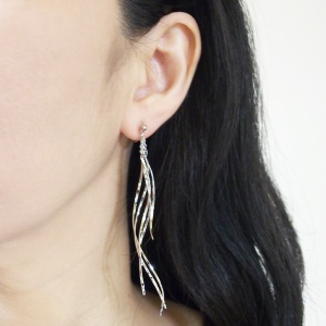 """<img src=""""comfortable-pierced-look-dangle-silver-thread-theader-bar-invisible-clip-on-earrings-5.jpg"""" alt=""""pierced look and comfortable Comfortable and pierced look dangle long silver threader thread   invisible clip on earrings bridal jewelry by MiyabiGrace 夾耳環 ノンホールピアス 夾式耳環""""/>"""